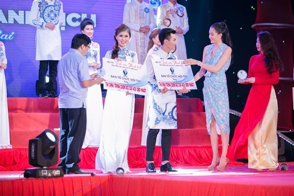 Á hậu Lệ Hằng trao giải thưởng cho các thí sinh đạt giải.