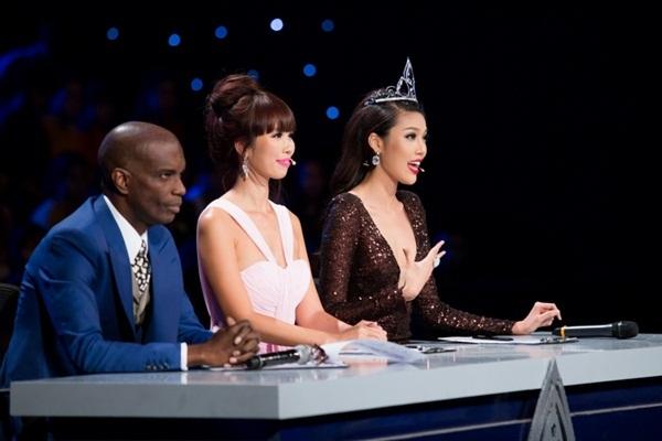 Đương kim Hoa khôi Áo dài - Top 11 Hoa hậu Thế giới Lan Khuê (Ngoài cùng bên phải) đưa ra lời nhận xét các thí sinh.