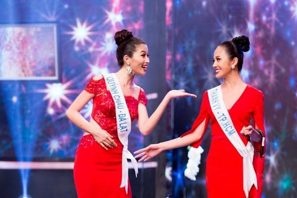 Quỳnh Châu và Thanh Vy cười đùa với nhau sau scandal tố xấu nhau.