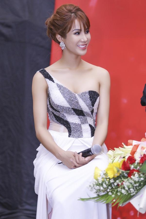 Góp mặt trong đêm chung kết Diệp Lâm Anh diện trang phục gợi cảm khoe khéo thềm ngực đầy.