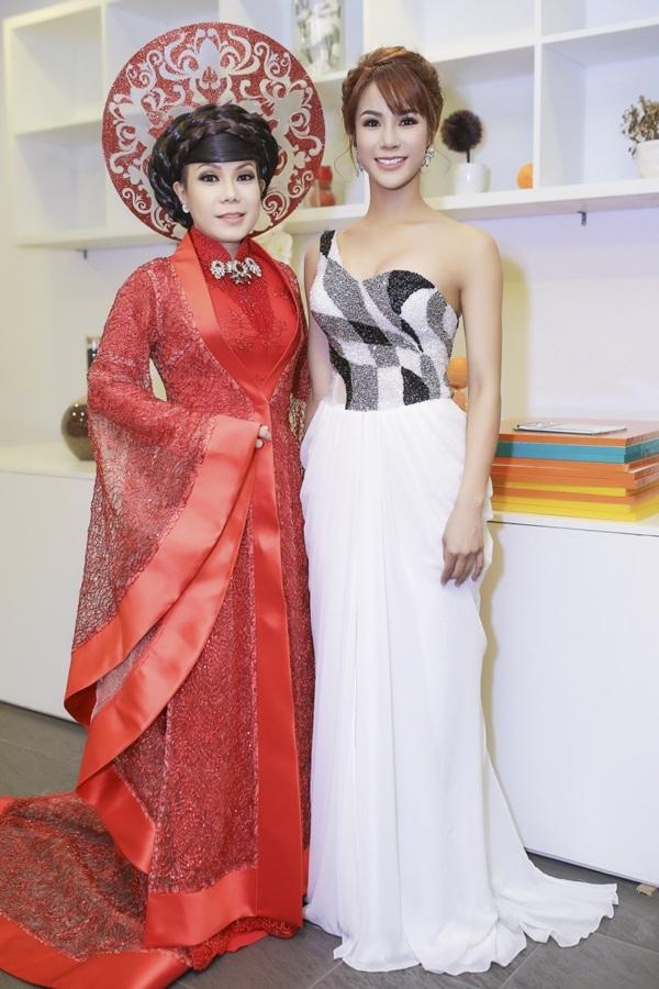 Diệp Lâm Anh cùng giám khảo đêm chung kết - danh hài Việt Hương.