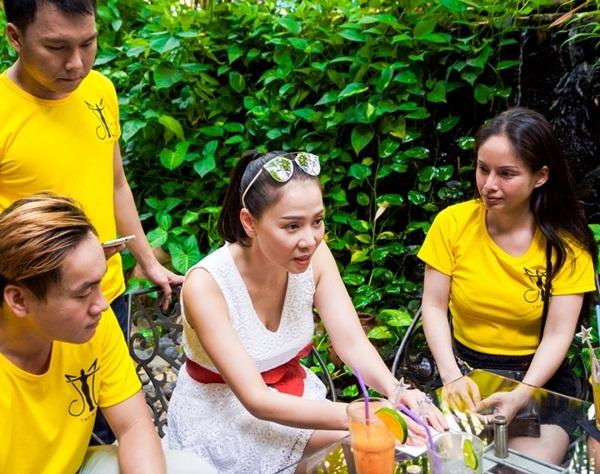 Ca sĩ Thu Minh cùng các fan xắn tay dọn rác ở bãi biển - 4
