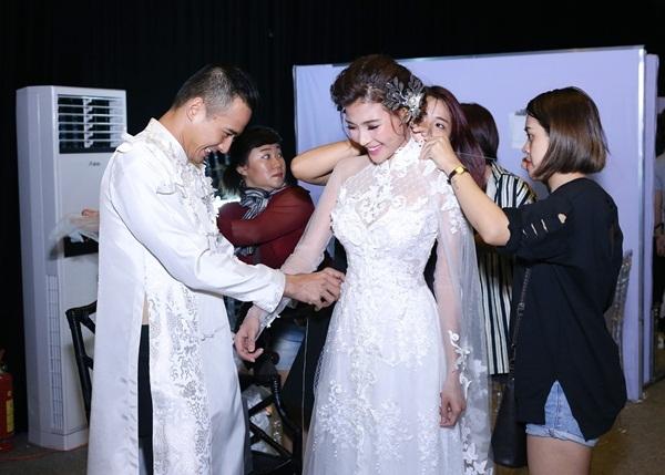 Lương Thế Thành hết sức chăm chút cho vợ trong hậu trường.