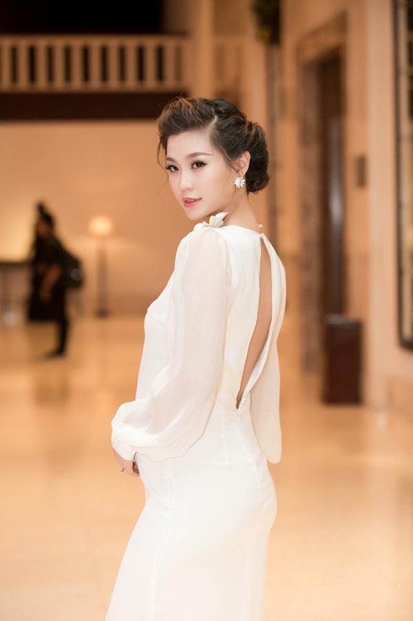 Á hậu Việt Nam 2014 Nguyễn Lâm Diễm Trang được khen ngợi về nhan sắc từ sau khi mang bầu đứa con đầu lòng. Người đẹp sinh năm 1991 gây chú ý bởi vẻ ngoài xinh đẹp, nữ tính, cô khoe khéo bụng bầu 5 tháng trước ống kính.