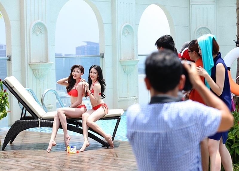 Bạn diễn của Thúy Diễm trong shoot hình lần này là Huỳnh Hồng Loan - bạn gái màn ảnh từng tham gia đóng chung MV cùng nam ca sĩ Sơn Tùng M-TP.