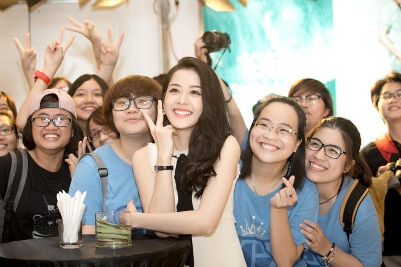 Đồng hành cùng Chi Pu đến dự chương trình là Fan Club tại TP HCM.