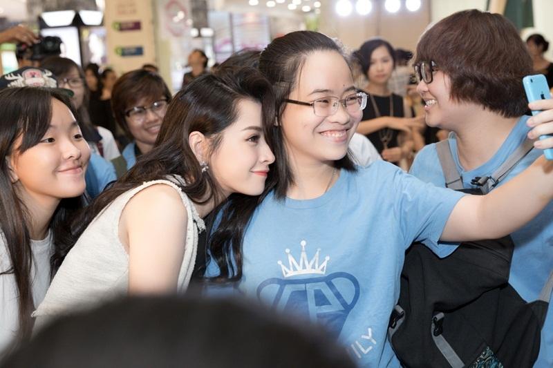 Dù trời Sài Gòn mưa nặng hạt, các thành viên thân thuộc của FC vẫn theo sát Chi Pu. Trong khi đó, nữ diễn viên phim Yêu nhiệt tình selfie cùng các fans hay tạo dáng trái tim đáng yêu.