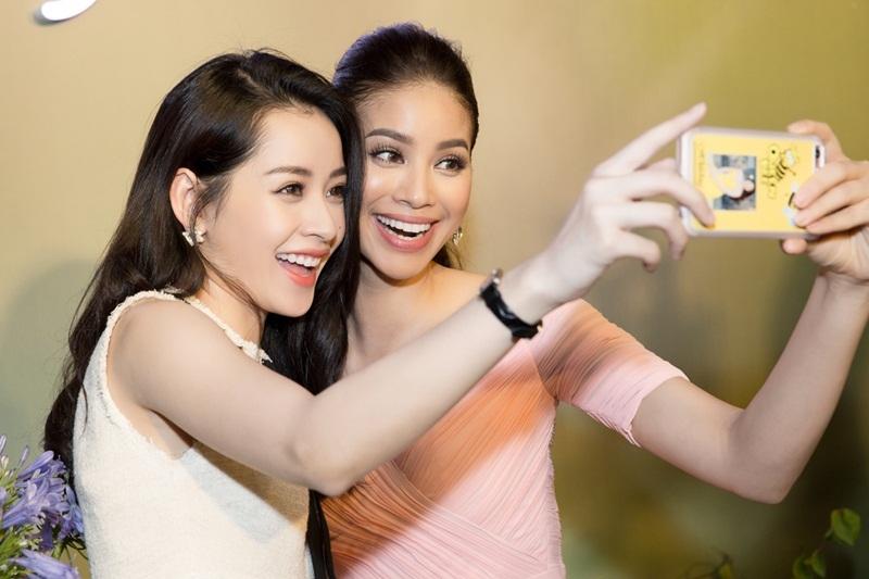 Hai người đẹp vui mừng trò chuyện và selfie.