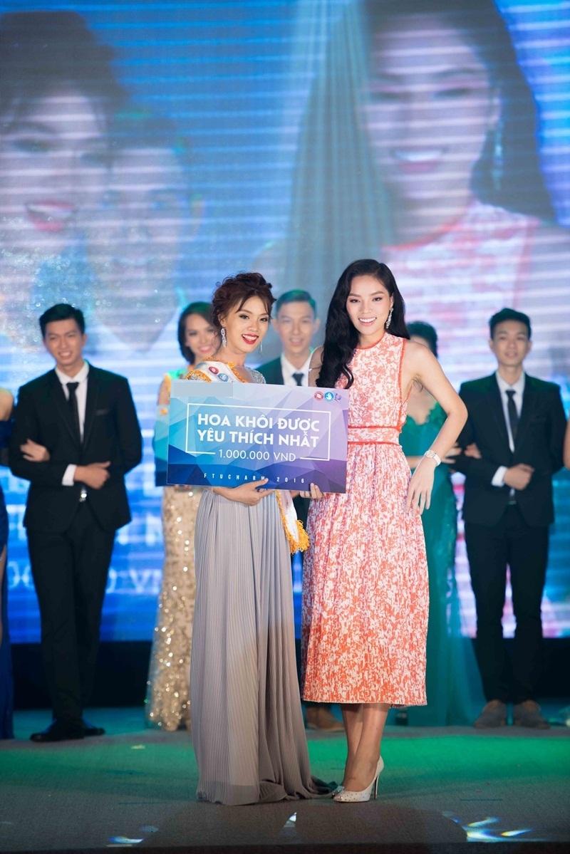 Hoa hậu Kỳ Duyên trao giải Hoa khôi được yêu thích nhất cho Nguyễn Thụy Bảo Trân.