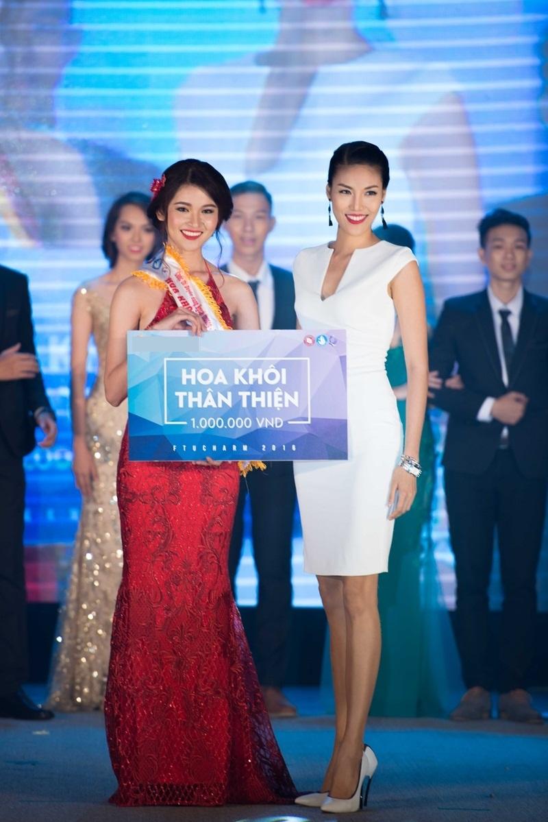 Thùy Dung cũng được Hoa khôi Lan Khuê trao giải phụ Hoa khôi thân thiện.