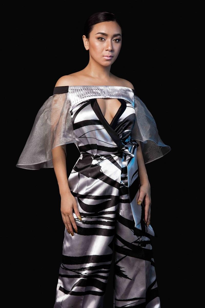 Trong bộ ảnh mới, người đẹp vẫn rất thu hút lạnh lùng và mặn mà hơn trước. Đây cũng là bộ sưu tập đã được trình diễn tại Vietnam International Fashion Week Xuân Hè 2016.