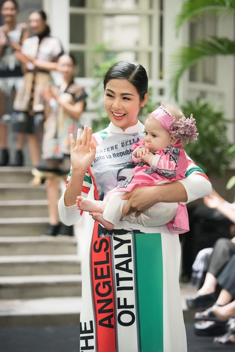 Cô bé ngoan ngoãn trên tay Hoa hậu như đã thân thiết từ lâu.