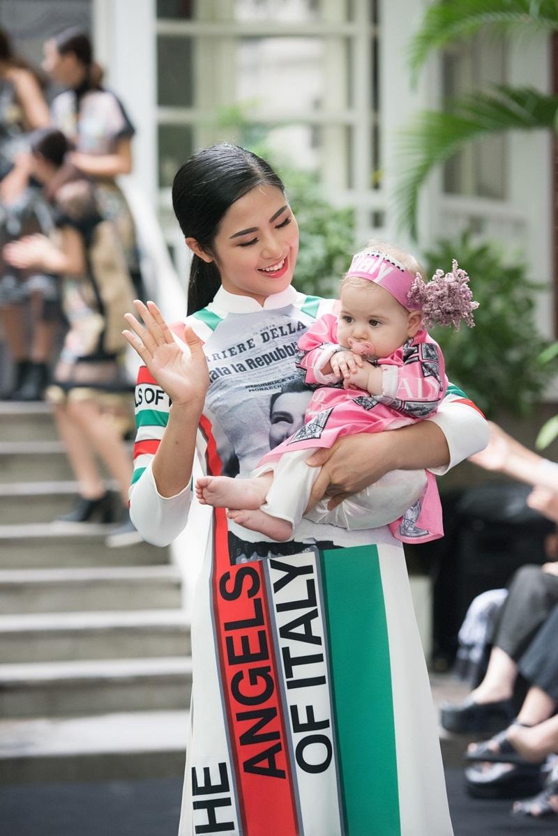 Hoa hậu Ngọc Hân hóa mẹ hiền của các trẻ em Ý - 9