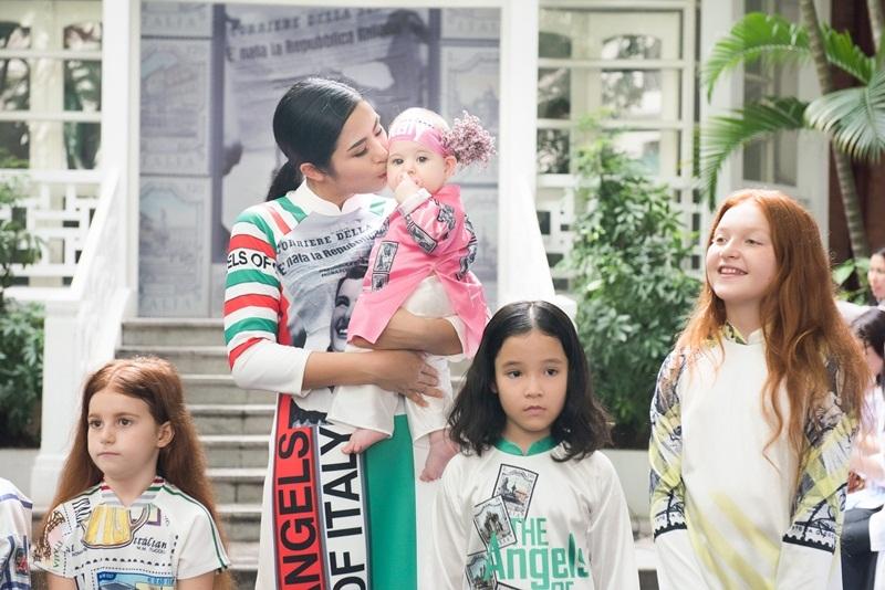 Đi cùng Hoa hậu Ngọc Hân còn có những trẻ em Ý lần đầu mặc áo dài Việt Nam.