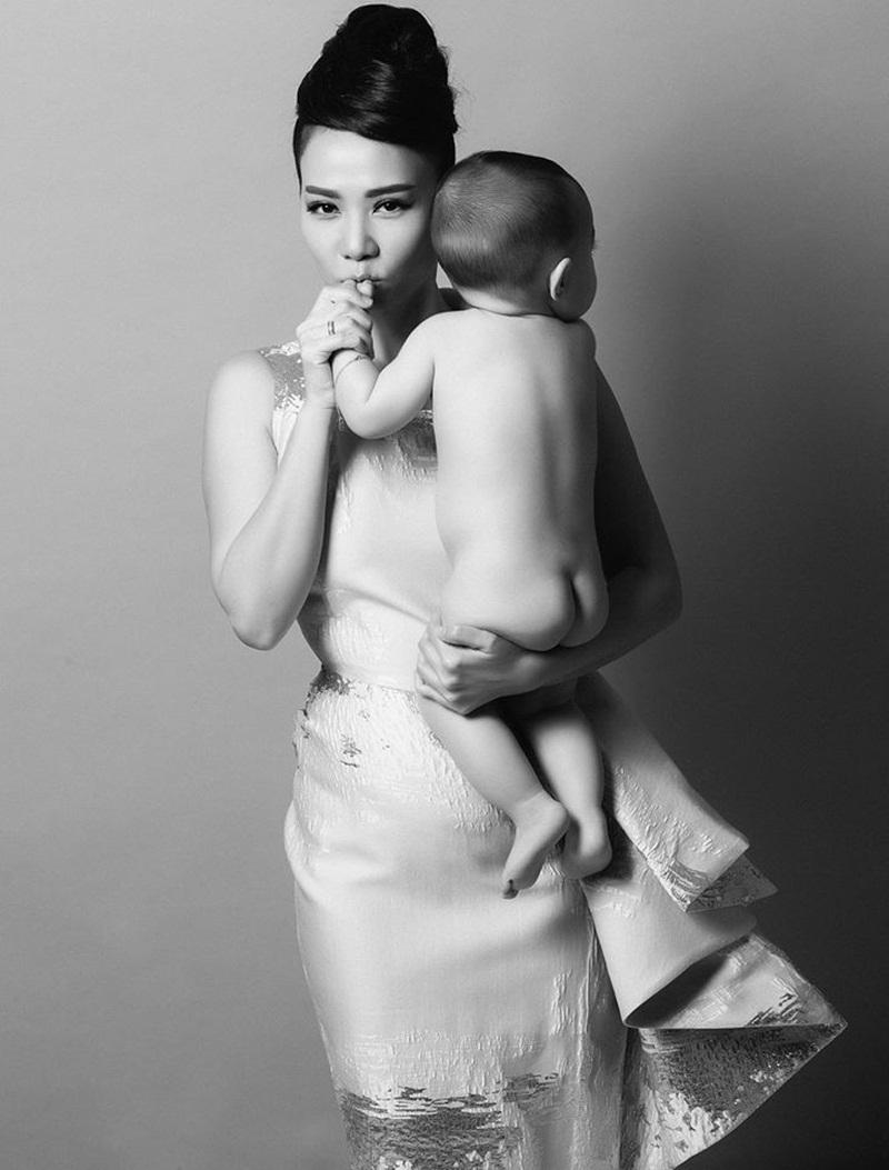 Bé Gấu được mẹ đi cùng trong buổi chụp hình ý nghĩa. Ảnh: Bao Huy Tang.