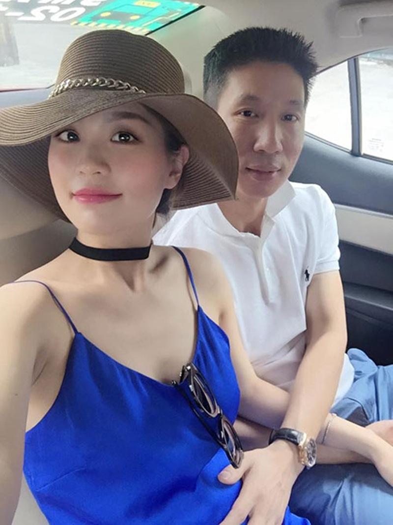 Chồng Á hậu Diễm Trang âu yếm bụng bầu 6 tháng của vợ. Cô được chồng hết mực yêu thương, chăm sóc.
