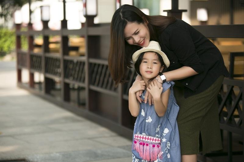"""Cô con gái Mina của cặp đôi """"Giang – Hồ"""" mang đến sức hút thời trang không hề kém cạnh mẹ mình."""