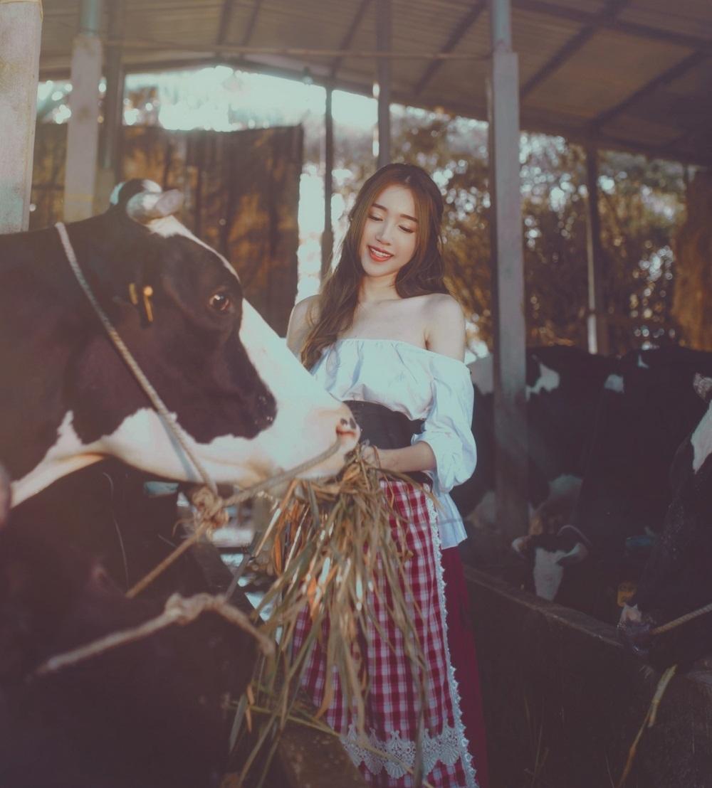 Theo những hình ảnh tiết lộ ban đầu, Elly Trần trong phim có vẻ ngoài góc cạnh và hiện đại, khác hẳn với hình tượng mẹ bỉm sữa bấy lâu.