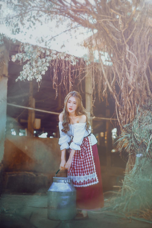 Sau khi tạo dáng ấn tượng cùng mô-tô, Elly Trần bất ngờ tiếp tục chụp bộ ảnh lãng mạn và bồng bềnh tại một trang trại. Những hình ảnh tập trung vào vẻ đẹp mong manh của cô. Có thể nói, từ phong cách thời trang đến biểu cảm gương mặt đều có sự khác biệt so với các bộ ảnh người đẹp hai con từng tung ra trước đó.