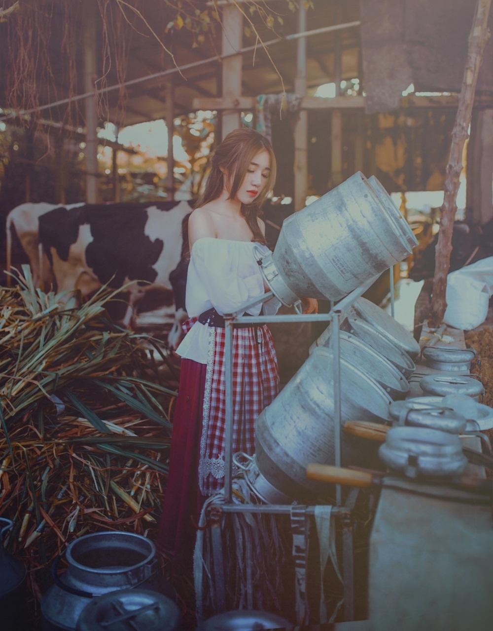 Đặc biệt, Elly Trần và toàn bộ êkip phải tự xắn tay áo lên dọn dẹp từng ngóc ngách và sắp xếp rơm rạ, thùng gánh nước theo trật tự, thể hiện ý tưởng chủ đạo của bộ ảnh.