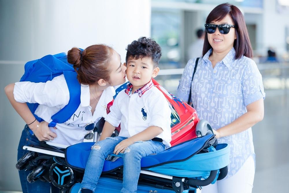 Bé Minh Khang khá quấn quýt bà ngoại nên Diệp Bảo Ngọc mong muốn có mẹ đi cùng để niềm vui thêm trọn vẹn. (Ảnh: Vũ Huy Bình).