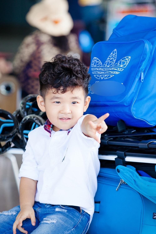 Dù chỉ hơn 3 tuổi nhưng bé Kid rất giàu tình cảm. Mỗi ngày sau giờ đến trường, cậu bé tíu tít trò chuyện và ca hát cho cả gia đình nghe. Trong lúc chờ đợi làm giấy tờ tại sân bay để đi du lịch, cậu bé đòi phụ mẹ đẩy hành lý. (Ảnh: Vũ Huy Bình).