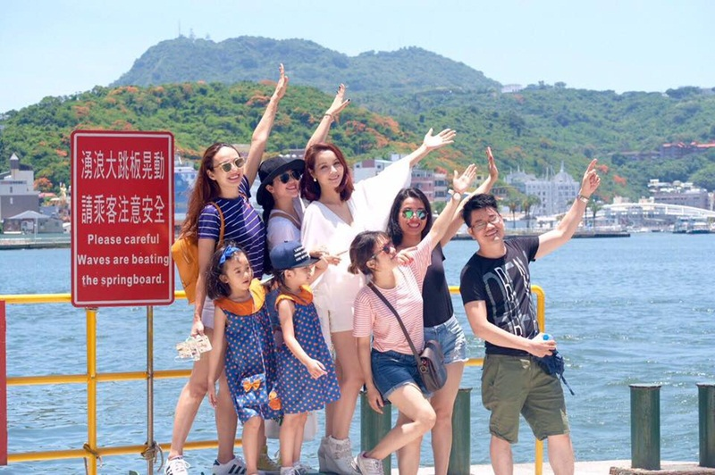 Người đẹp diện trang phục trẻ trung, năng động trong các chuyến đi tập thể cùng các thành viên đoàn Việt Nam.