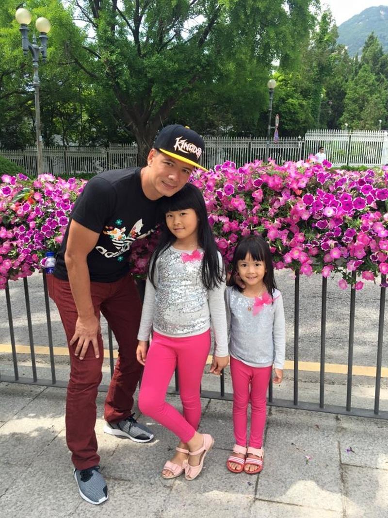 Hình ảnh ông bố điển trai của showbiz Việt chơi đùa cùng các con khiến người hâm mộ vô cùng thích thú.