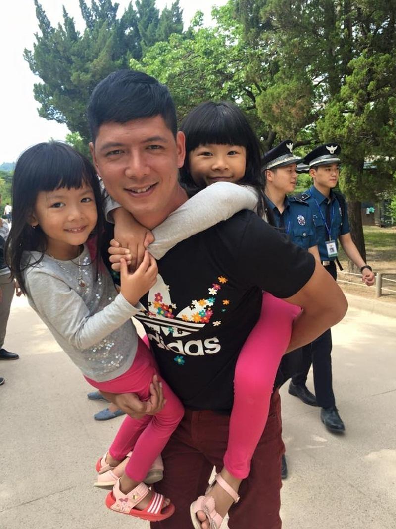 Bình Minh rất chăm chút cho hai tiểu công chúa. Mọi công việc đều được anh gác lại để hòa hết mình vào những trò chơi cùng con trẻ.