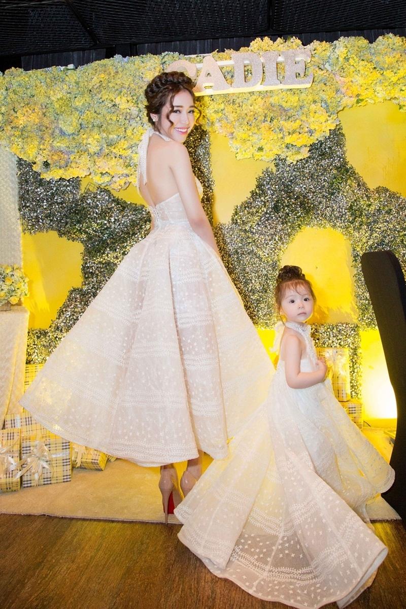 Bộ váy của con gái Cadie Mộc Trà được thiết kế y như mẹ Elly Trần với chất liệu vải trong suốt và họa tiết đính ngọc trai.