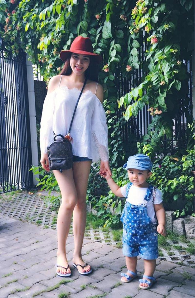 Cô bé Vani được mẹ Trang Nhung chọn trang phục vô cùng xinh xắn và đáng yêu trong chuyến đi.