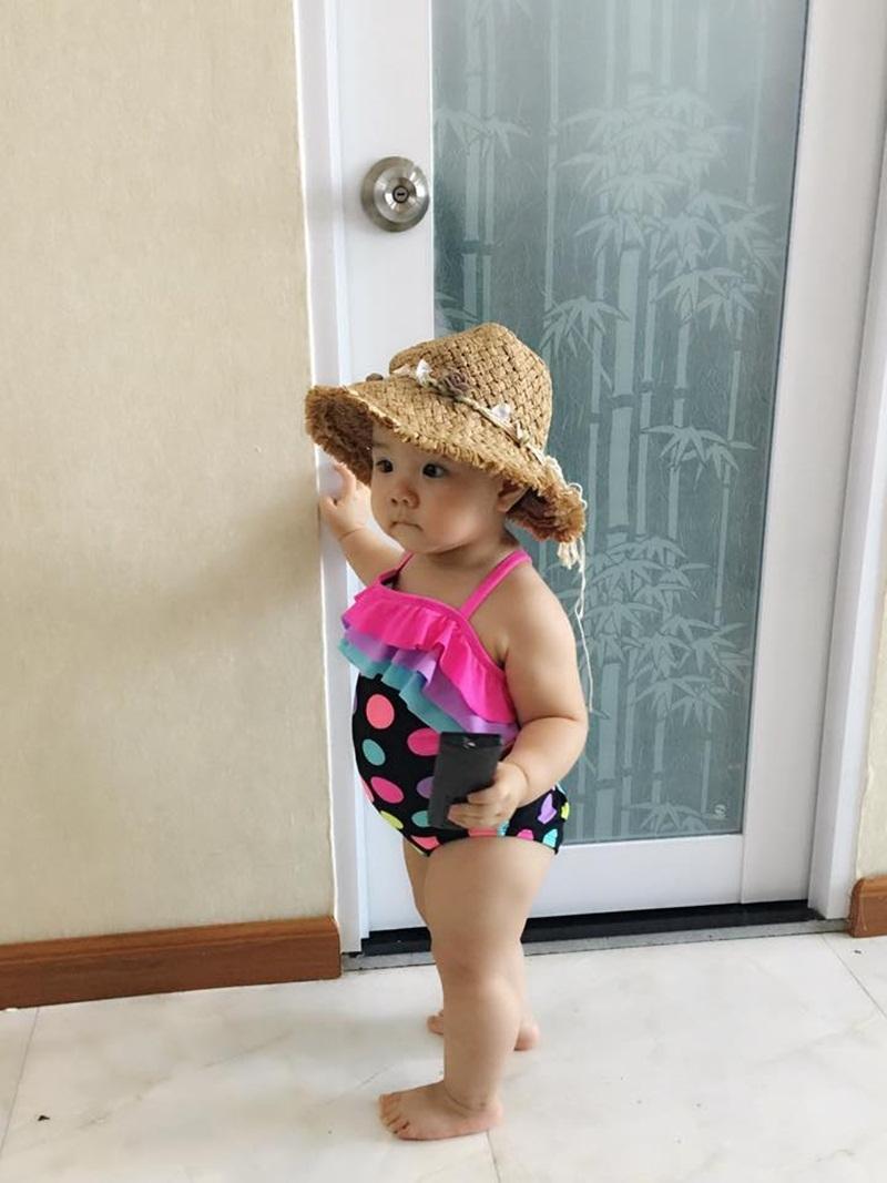 Hình ảnh Vani mặc áo tắm với thân hình mũm mĩm đáng yêu, biểu cảm dễ thương khiến người xem vô cùng thích thú.