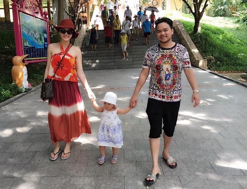 Sau chuyến đi du lịch ở Singapore trong kì nghỉ lễ, cặp đôi diễn viên Trang Nhung – đạo diễn Hoàng Duy quyết định chọn một điểm vui chơi trong nước để đưa bé Vani cùng người thân đi chơi. Vani biểu lộ sự hào hứng khi được chơi bên bờ biển và đi dạo cùng ba mẹ.
