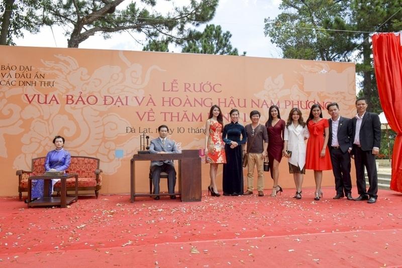 Dàn chân dài vừa góp mặt trong một sự kiện văn hóa tổ chức tại TP Đà Lạt tỉnh Lâm Đồng. Các người đẹp cùng tham gia lễ rước tượng vua Bảo Đại và Hoàng hậu Nam Phương về Dinh 1, Đà Lạt, Lâm Đồng. Các nghệ nhân đã làm nên những bức tượng sáp kì công.