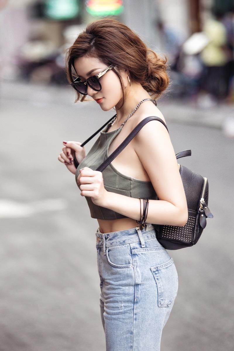 Chiếc balo và cặp kính trẻ trung góp phần hoàn thiện phong cách thời trang năng động dạo phố.