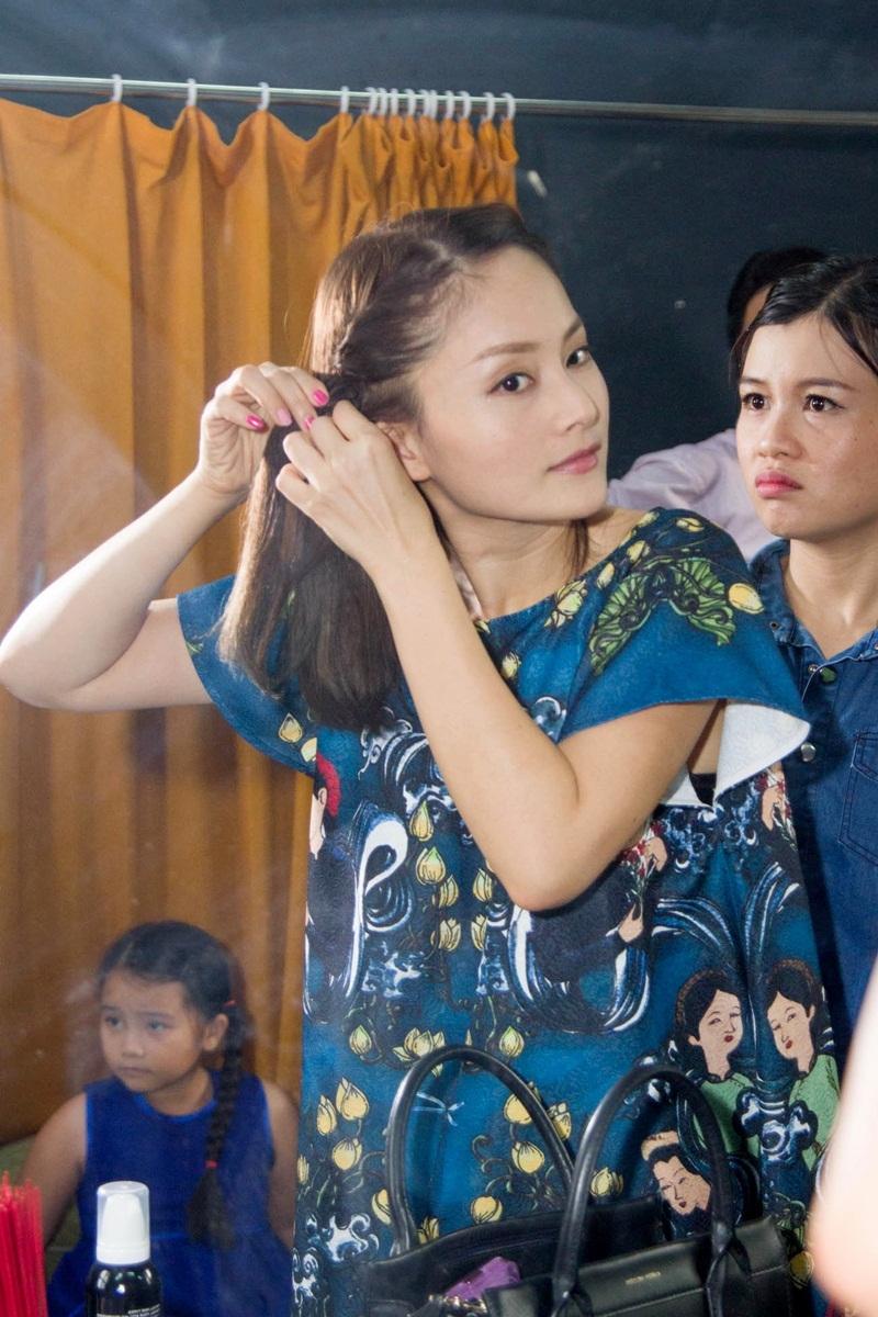 Một ngày làm việc cùng suất diễn Thiên thần nhỏ của tôi khiến Lan Phương khá bận rộn bắt đầu từ việc tự make up cho mình trước khi ra diễn.