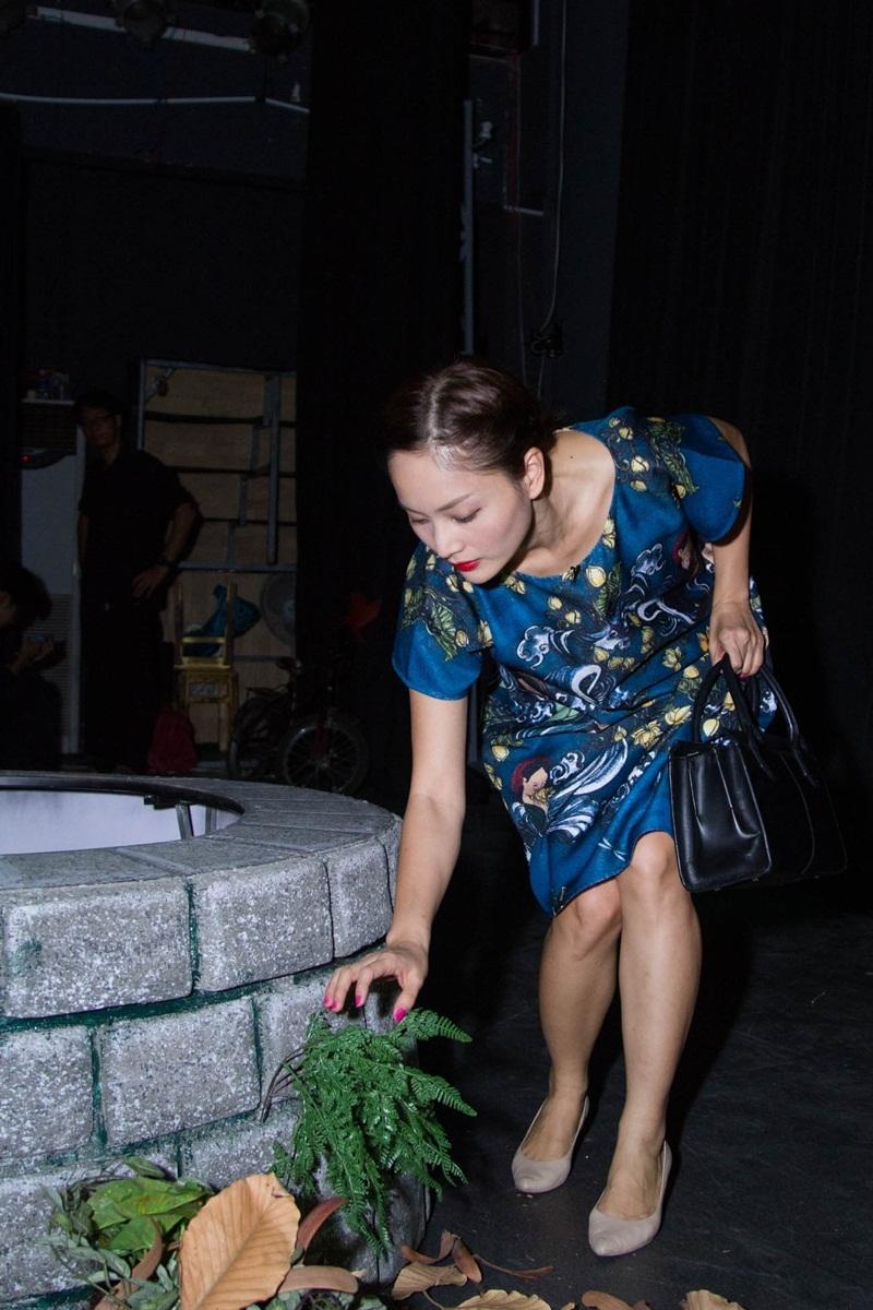 Chu đáo chuẩn bị các đạo cụ như cỏ cây, hoa lá trên sân khấu.