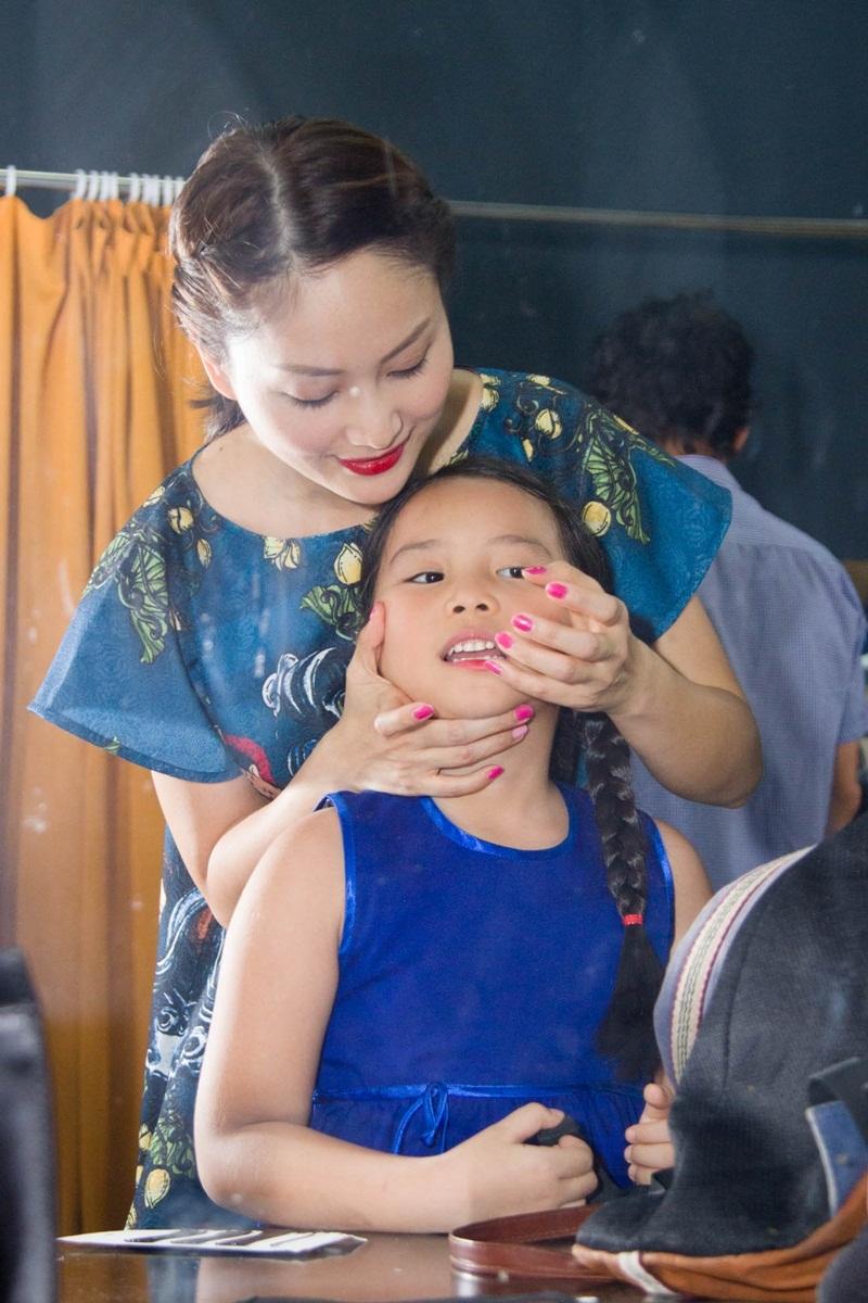Không chỉ thế, Lan Phương còn trở thành một cô giáo một cô bảo mẫu khi tự tay trang điểm cho bé Hà My vai Hồng Hoa vì đây là diễn viên nhí bé nhất.
