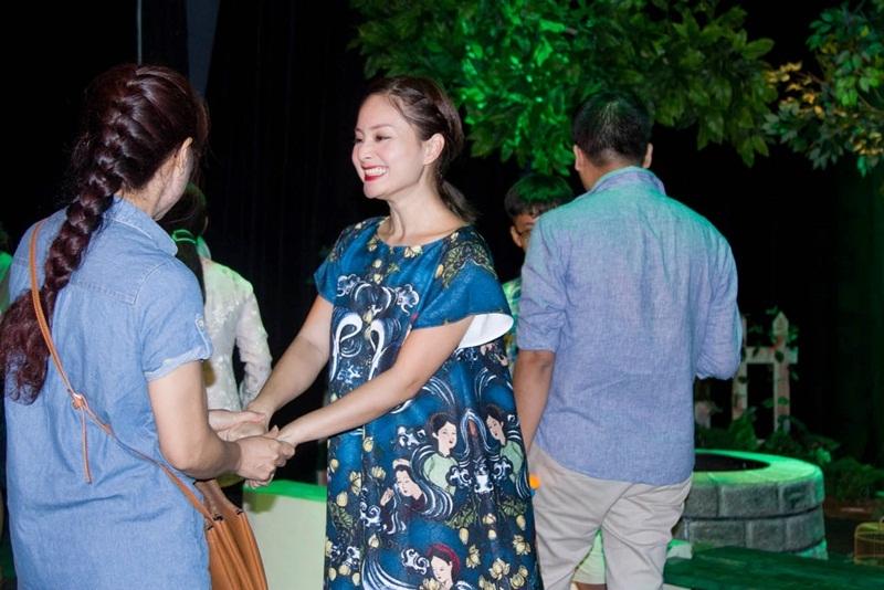 Đồng thời, Lan Phương cũng rất thân thiện bắt tay và chụp ảnh cùng những khán giả yêu thích vở diễn này.