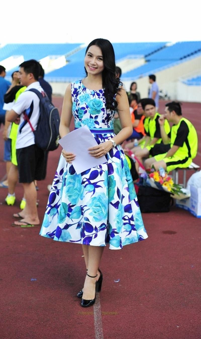 """Lương Giang cho biết, đã dẫn hàng trăm chương trình từ chính luận, văn hóa và gia đình rồi nhưng đây là lần đầu tiên cô dẫn về thể thao, nên cô rất hào hứng và """"sung"""" như các cầu thủ."""