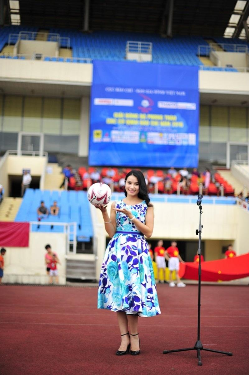 Việc tham gia dẫn chương trình thể thao cũng giúp cô thư giãn sau khoảng thời gian diễn xuất và giảng dạy miệt mài tại Đại học Nghệ thuật TƯ...