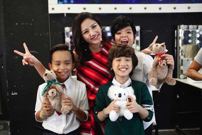 Thân thiết cùng các bạn thí sinh và giám khảo Văn Mai Hương trong hậu trường.