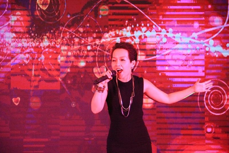 Ca sĩ Thái Thùy Linh biểu diễn trong buổi gala tổng kết giải bóng đá.