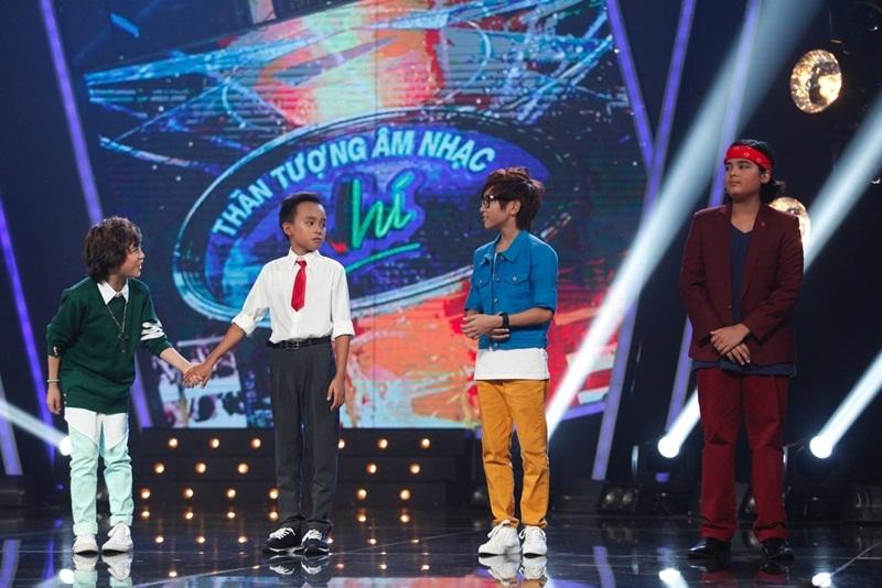 Cậu bé nắm chặt tay thí sinh đồng hành cùng vào top 8 là cậu bé dân ca Hồ Văn Cường.