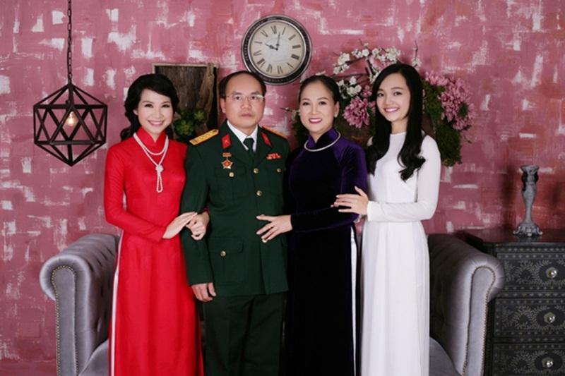 Mỹ Linh (ngoài cùng bên phải), chị gái, MC Mỹ Lan (áo đỏ) và bố mẹ (Ảnh NV cung cấp).
