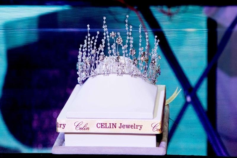"""Chiếc vương miện """"Queen Lady"""" được trao cho Nữ hoàng trong đêm hội."""