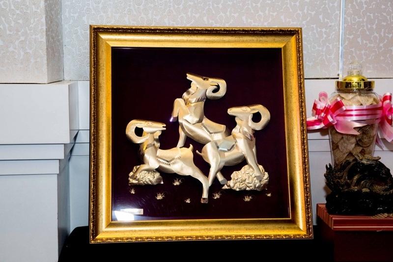 """Cận cảnh tranh vàng """"Tam dương khai thái"""" được chế tác bằng vàng hồng 24k 100% vàng tự nhiên."""