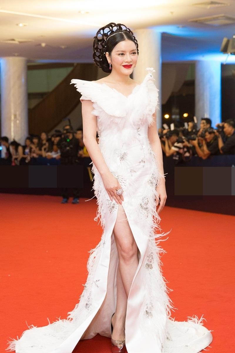 Sau khi trở về từ LHP Cannes, đây là lần đầu tiên Lý Nhã Kỳ xuất hiện trên thảm đỏ sự kiện tại Việt Nam.