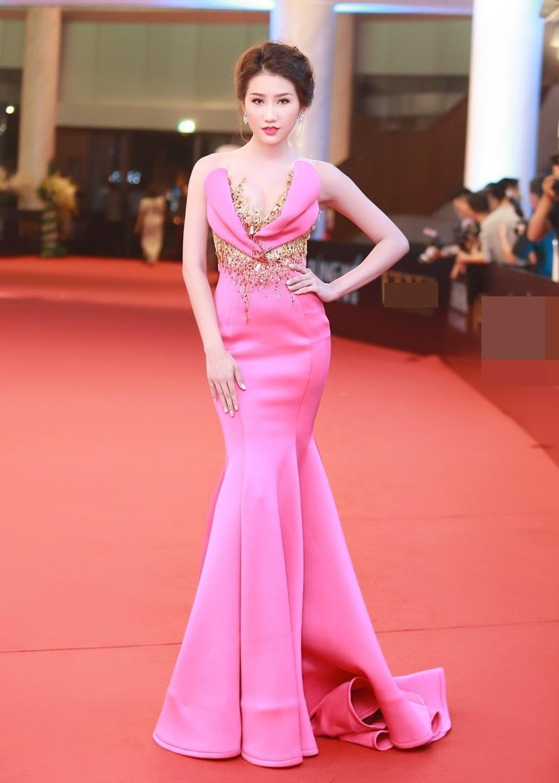 Người đẹp đến từ Kiên Giang từng gặt hái được rất nhiều thành công tại các cuộc thi nhan sắc như Hoa khôi Kiên Giang 2014, Top 10 Hoa hậu Việt Nam và Á hậu 1 Hoa hậu Biển 2016.