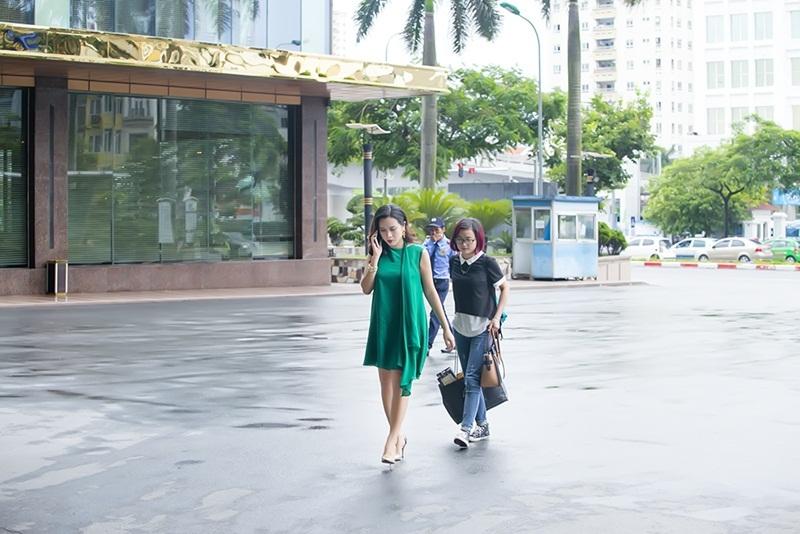 Hai vợ chồng Lưu Hương Giang – Hồ Hoài Anh hiện đang sinh sống và làm việc tại TP Hồ Chí Minh. Cô cùng ông xã chỉ ra Hà Nội vào những sự kiện hoặc lúc cần thiết. Trong lần tái xuất đầu tiên này, nữ ca sĩ xuất hiện một cách chớp nhoáng, sau khi chia sẻ niềm hạnh phúc của mình trong thời gian qua.